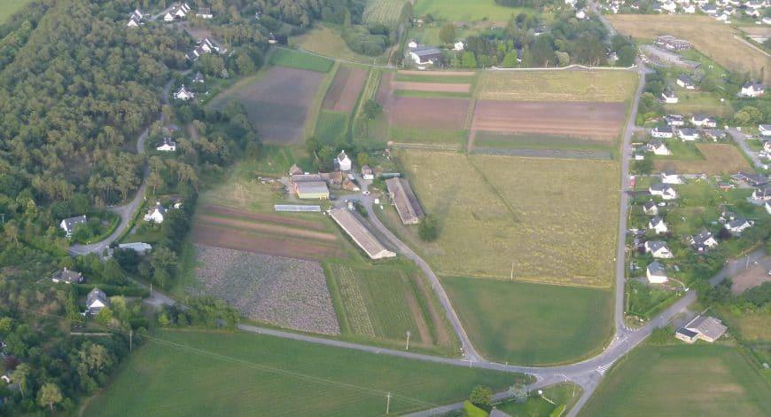 vue aerienne ferme 870x470 - Cultiver la terre, posséder la terre.