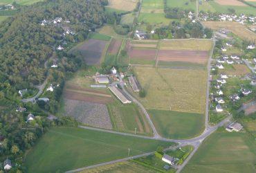 vue aerienne ferme scaled 370x250 - Cultiver la terre, posséder la terre.